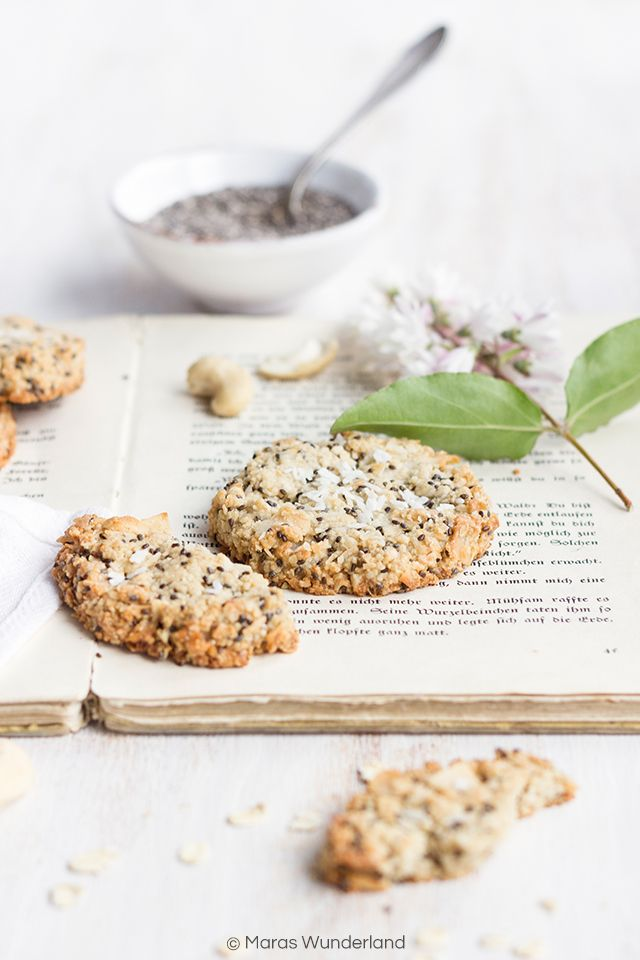Gesunde Chia Zitronen Cookies mit Haferflocken, Cashewkernen, Kokosöl und Kokosraspeln. Gesüßt mit Reissirup. Schnell und einfach zubereitet.