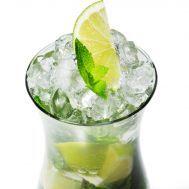 El clásico Mojito Ingredientes:  12 hojas de menta fresca ½ limón (zumo) 1 cda. de jarabe simple 1 ½ partes de ron blanco ¾ de taza de agua Hielo Rodaja de limón para decorar tragos-light-2.jpgPreparación:   Para hacer este mojito, coloca en un vaso las hojas de menta fresca, el zumo de limón, el jarabe simple y agrega el hielo. Luego añade ron blanco y el agua. Si lo deseas decora con una rodaja de limón.