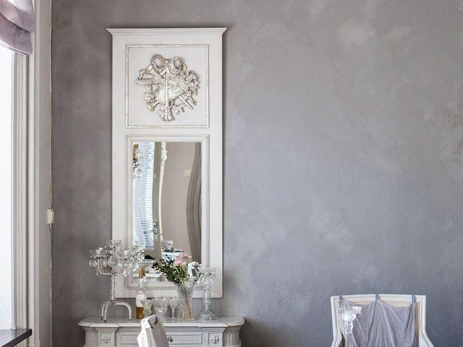Att måla väggarna med den isländska färgen kalklitir ger en vacker och lite rå betongkänsla med struktur på väggen – det är dessutom miljövänligt....