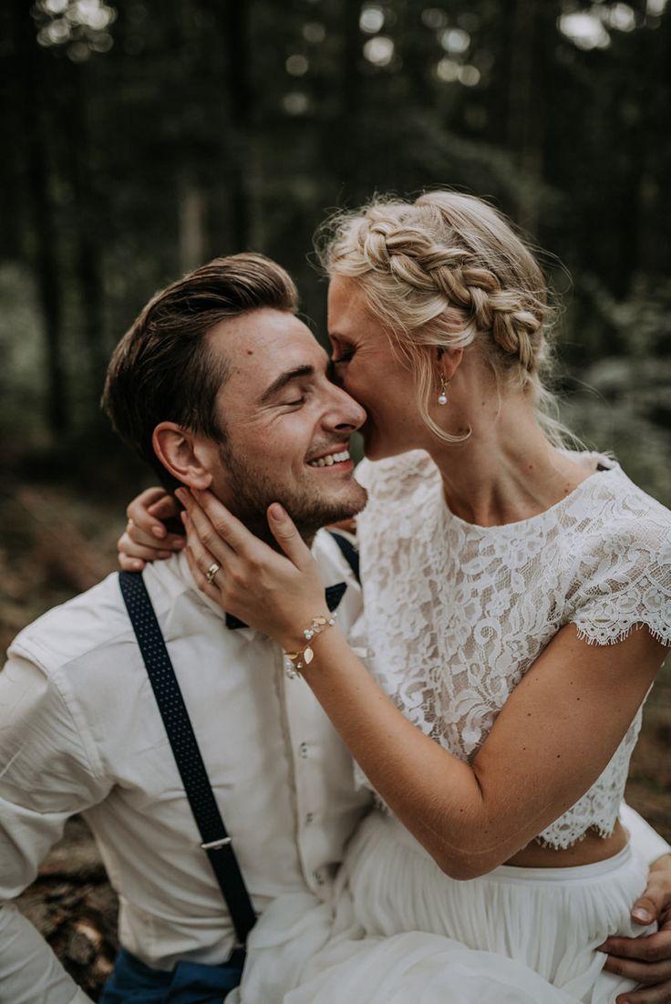 Scheunen-Hochzeits-Paare im Wald. Scheunenhochzeit. Berghochzeit. Berghochzeit.