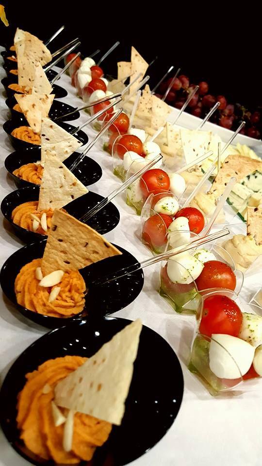 Pasta de naut #humus acompaniate triunghiuri de lipie, preparate in casa si salate cu Mozzarela si rosi Cherry.