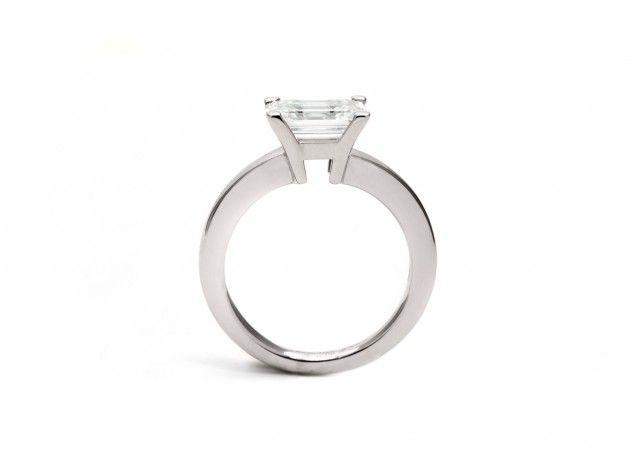 """Anello """"Élevé"""" con diamante solitario taglio smeraldo."""