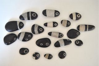painted stones by cecilia from lacassettiera blog