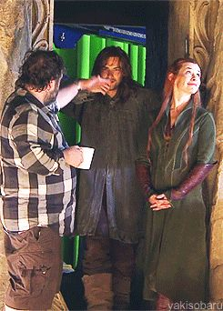 PJ explaining to Aidan where to look. In which Kili is taller than Tauriel... I'd imagine this as a conversation like: Peter: Aidan you're a DWARF, you're supposed to be down there. Sit down. That's better