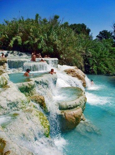 Saturnia, Italie : baignade dans les chutes.