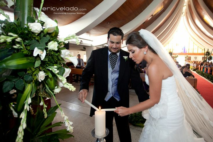 La ceremonia de las velas para tu boda, es un pequeño acto que se lleva a cabo durante la ceremonia religiosa ó civil de la boda, simboliza la unión de dos personas y sus individualidades en una vida en común a través del matrimonio.