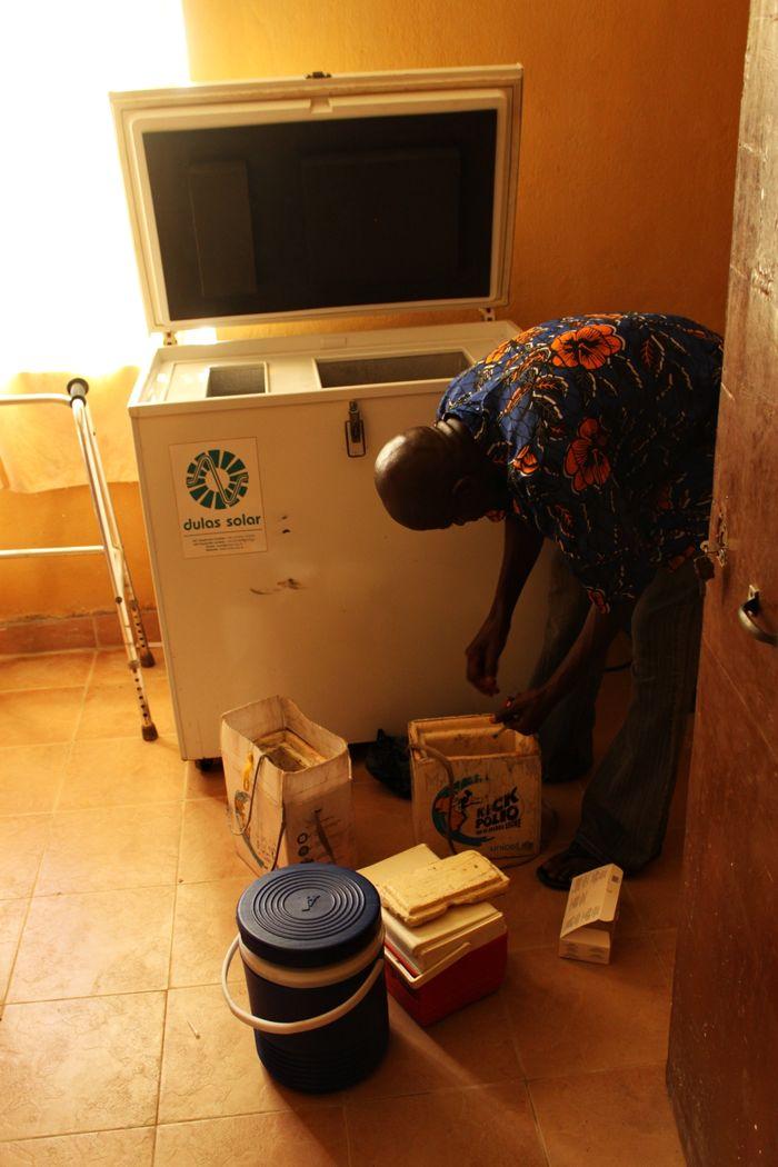 Równie ważne, jak same szczepionki jest ich przechowywanie w odpowiedniej temperaturze. Dlatego zapewniamy też lodówki zasilane przez baterie słoneczne. www.unicef.pl/pomagam © UNICEF/Z.Dulska