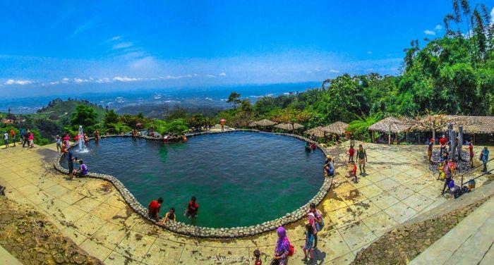Umbul Sidomukti. Kolam renang yang berada di lereng Gunung Ungaran pada ketinggian 1.200 mdpl