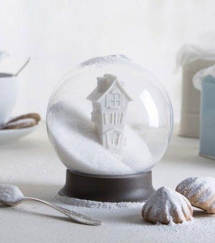 Achetez le sucrier boule à neige sur lavantgardiste pour que vos pauses café deviennent un moment féerique.