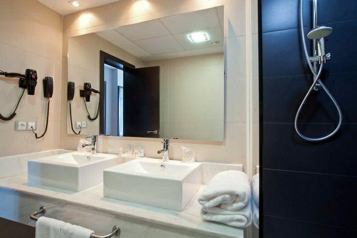 Y estos son los baños totalmente equipados de las habitaciones Elite. Vente a Hoteles Pato, en Punta Umbría (Huelva)