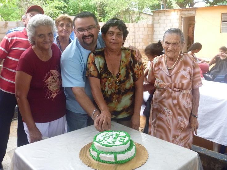 """Uno de mis Cumpleaños con mis Grandes amigos los Abuelos y Abuelas de la Fundación casa del adulto Mayor """" Sueños de antaño""""!! Humildes de Corazón y Alma...  Q hermoso Compartir!! Los Amo!"""