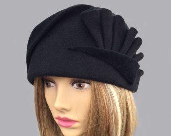 Amber, velours voelde Cloche met gedrapeerd geplooide wervelingen, zwarte voelde modevak hoed