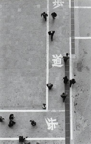 Marunouchi, 1954 by Ikko Narahara street photography, black & white