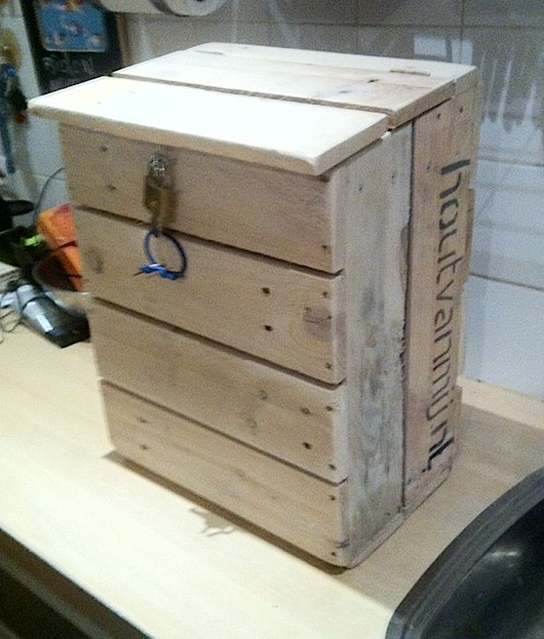 Brievenbus van pallethout , 40 cm hoog 30 cm breed en 20 cm diep met scharnierend deksel.