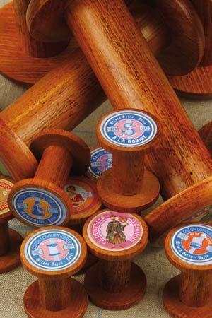 Nos bobines en bois de taille moyenne, nous proposons de nombreux modèles avec des étiquettes variées.