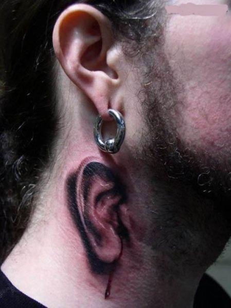 tatuaż ucho na szyi