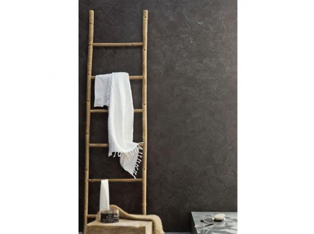 J'aime beaucoup les échelles en déco même si je ne pense pas que se soit bien utile en réalité cela fait un petit charme en plus dans une salle de bain