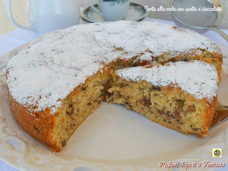 Golosa, soffice e umida quanto basta la torta alle mele con uvetta e cioccolato è il dolce ideale da offrire arricchita con palline di gelato gusto cremoso