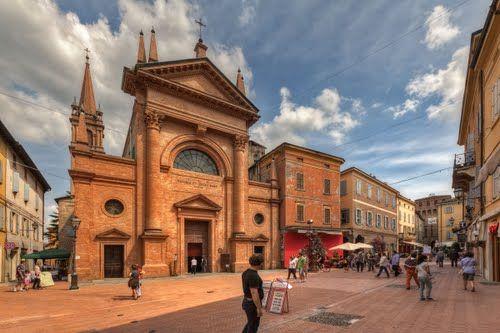 Il sole illumina la chiesa di #Vignola e Via Garibaldi il cuore del centro storico della città delle Ciliegie.  #sun #vignola #city #town # people #photo #sky