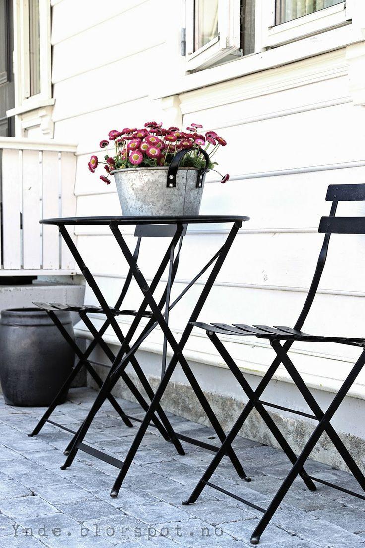 #Terrasse avec table et chaises #Bistro #noir #Réglisse #Fermob www.fermob.com / #outdoor #black