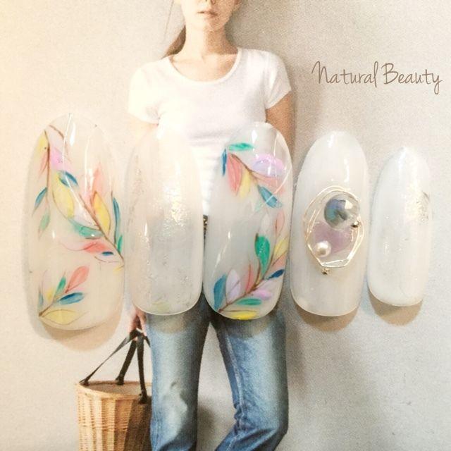 ネイル 画像 Natural Beauty 赤坂 1593233 カラフル 白 ホイル ボタニカル ビジュー パール 夏 ソフトジェル ハンド ミディアム