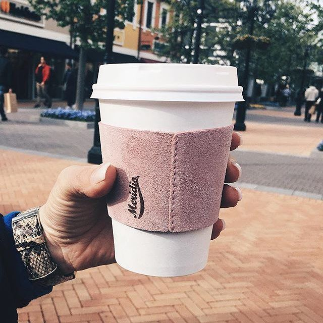 "Meridio (@meridioband) su Instagram: Repost @ninafunke: ""Coffee & Sundaysssss☕️💕 nach dem Feiern gestern brauche ich jetzt erstmal einen…""  Discover our javajacket collection www.meridioband.com   #coffee #sunday #leather #javajacket #cupholder #handmadeinitaly #handcrafted #meridioband #pink"
