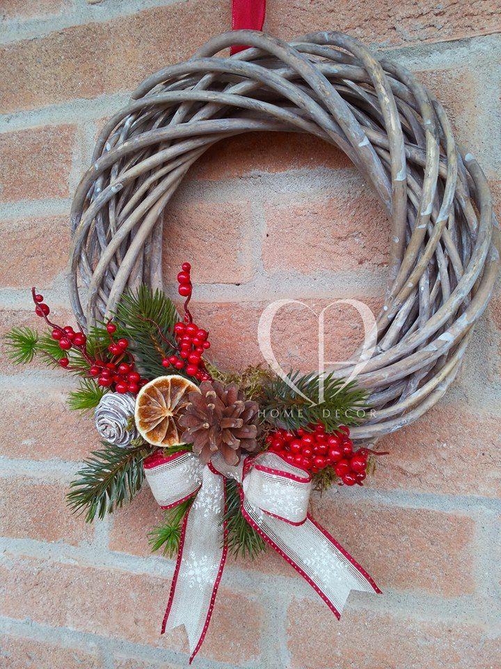 Ghirlanda natalizia decorata con muschio, rametti di pino, pigne, arancia, bacche e nastro in tessuto. Christmas garland