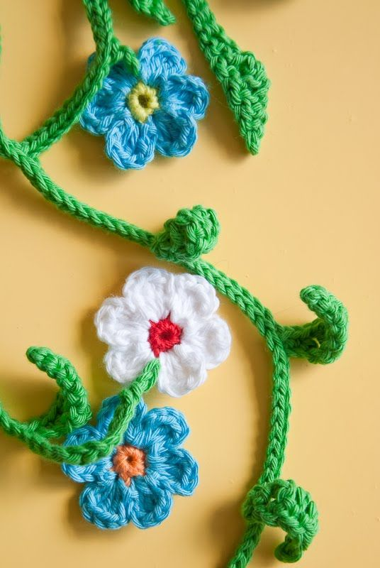 Jo, from About Mo And Me, has created a free and easy how-to tutorialon her blog for making this lovely Flower Garland. Check it.  Jo also suggests that wecheck out more flower patterns at crochet pattern central.