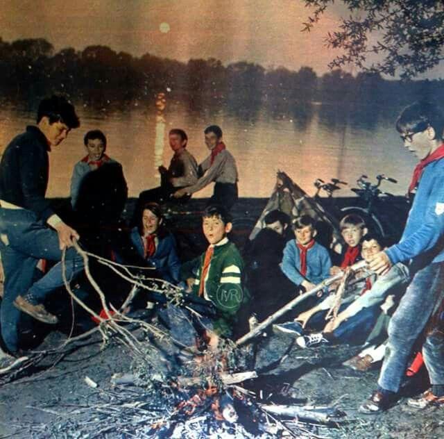Úttörők tábortűz mellett,  jó hangulatban 1971.