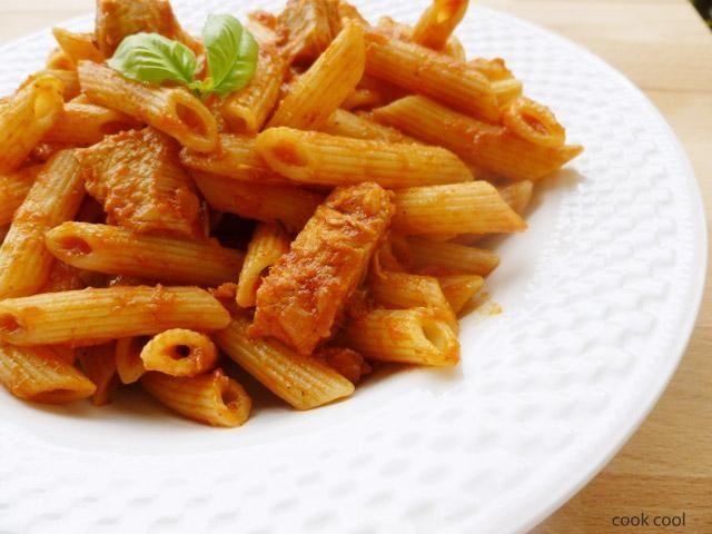 Πέννες με κόκκινη σάλτσα, κοτόπουλο και βασιλικό | cookcool