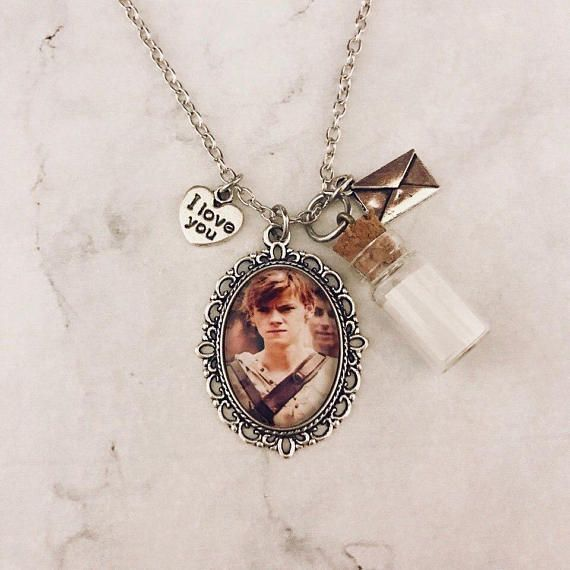 Necklace of handmade the maze runner. The necklace includes a pendant with a photo of 25 mm. The chain is included in the product. Material zinc alloy, size 18 , clasp lobster, color silver . It is advisable not to drench with water. Each order has a gift! Delivery around the