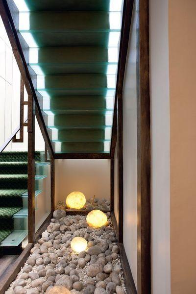 Sous les escaliers avec un miroir sur le mur et quelques for Decoration sous escalier