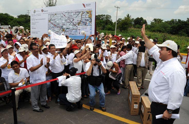 El gobernador Javier Duarte de Ochoa a su llegada a la inauguración del puente Prosperidad