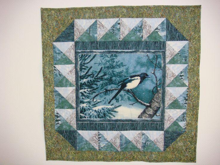 Ooit een panel en bijbehorende stoffen van Wilmington Prints gekocht en er een quilt van gemaakt. Heel toepasselijk als er in de winter buiten sneeuw ligt  en binnen hangt deze quilt aan de muur.