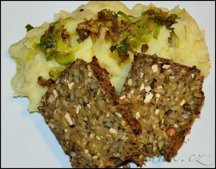 Vegetarián sekaná z fazole nebo čočky s bramborovou kaší.