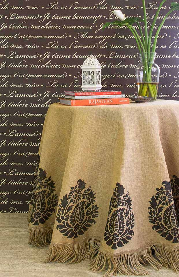 С помощью краски и трафаретов можно украсить скатерть из мешковины