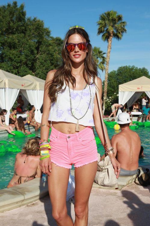 Alessandra Ambrosio à la piscine Lacoste à Coachella en 2013