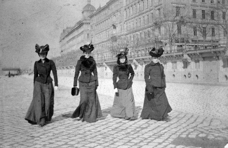 Pesti alsó rakpart a Vigadó térnél, 1902. Forrás: Fortepan