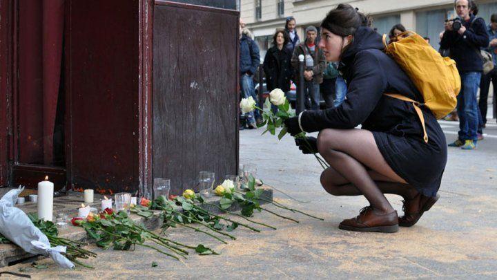 """""""Le Carillon"""" et """"Le Petit Cambodge"""" ont été les cibles de l'une des attaques terroristes de vendredi soir. Le bar et le restaurant étaient des lieux fréquentés par la jeunesse branchée de l'est parisien, venue samedi rendre hommage aux victimes."""