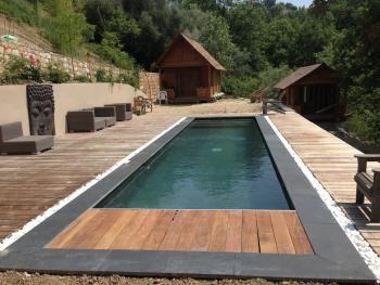 Margelles en pierre bleue du nord entour e de galets for Constructeur piscine nord
