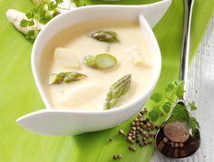 Kalorienarm und besonders lecker – der Spargel feiert im Frühjahr sein Küchen-Comeback und eignet sich hervorragend für eine feine Spargelsuppe.