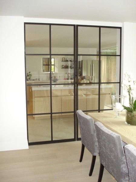 Plaatsing smeedijzeren binnendeur voor toegang tussen eetkamer en keuken. #binnendeur #living