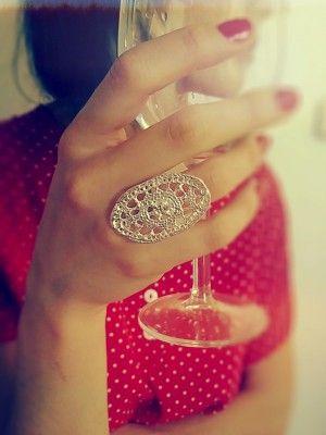 Scoti, su forma ovalada estiliza a quien lo viste. La riqueza de este anillo sin duda se encuentra en sus detalles.