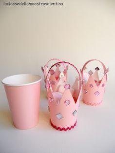 Vasos de papel convertidos en coronas para una fiesta de niñas o baby showers