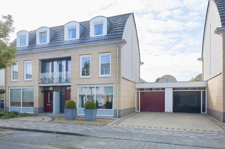 Jean Racinelaan 9, Eindhoven - In kinderrijke woonwijk Blixembosch - Franse wijk, in rustige woonstraat gelegen, instapklare en fraai afgewerkte middels garage geschakelde 2-1 kap woning met privacy biedende tuin op het zuidwesten, royale, lichte woonkamer met eiken houten vloerdelen aan de voorzijde, luxe, complete eetkeuken aan de achterzijde met dubbele openslaande tuindeuren naar zonnige achtertuin en aansluitend royale bijkeuken.