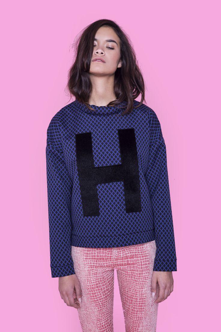 Bluse med lækkert blåt/sort tern og kunstig hår formet som et , fra danske Rikke Hubert. Bluse - H Hair Bluse, Pris: 200 ,- http://frejafashion.dk/products/h-hair-bluse