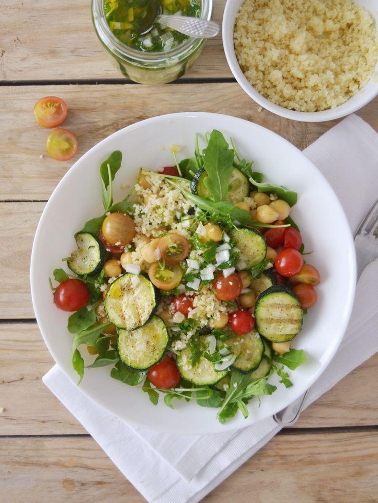 Saladas completam qualquer menu de Verão, e, por mim, até são o prato principal. As saladas podem ser o seu maior aliado na preparação de refeições simples, pouco demoradas, leves, e fáceis de levar para o trabalho ou faculdade, sem a necessidade de aquecer. Além de nutritivas, são geralmente ricas em água e fibras, que …