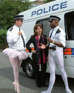 Grappigste foto's van politie: Engelse politieagenten als ballerina's