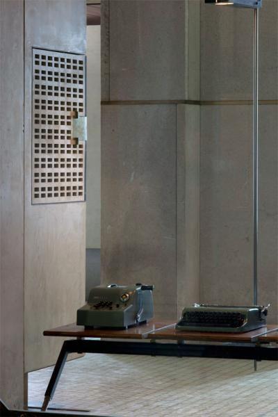 La calcolatrice Summa 15 e a destra la portatile Lettera 22 © ORCH_chemollo  (divieto di riproduzione). Negozio Olivetti bene in concessione al FAI – Fondo Ambiente Italiano dal 2011