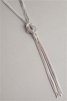 Voici un collier qui ne vous laissera pas indifférente. Élégant et facile à porter, il <br/>se compose de multiples chaînettes argentées et fines qui se rejoignent pour <br/>former un noeud, et descendre avec chic dans votre décolleté. Le noeud brille <br/>de mille feux et confère au collier un style ultra féminin. Le fermoir est réglable, ce <br/>qui vous permet de choisir la longueur du bijou selon vos préférences. <br/>